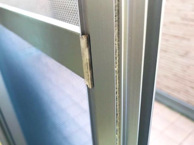 網戸の隙間テープを貼る位置