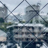 台風なら窓にプラダン!補強や対策の仕方は?どこで買える?